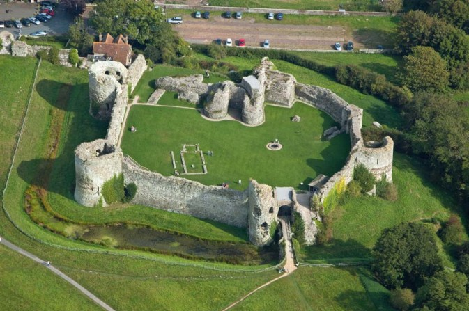 Pevensey_Castle_from_the_West a